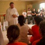 Bispo de Criciúma (SC) abençoa mães em presídio