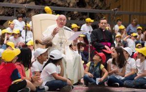 1405 interna inferior Papa com criancas perdoar