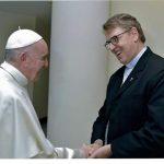 Papa recebe, em mãos, documentos da PCr sobre as prisões no Brasil