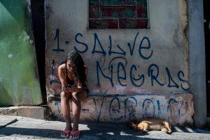Barbara Querino, a Babiy, foi presa há um ano e três meses, depois ser reconhecida pelo cabelo e pela pele negra; apesar de ter provas de sua inocência, ela continua presa, mas teve a primeira saída temporária de Páscoa e pode rever a família
