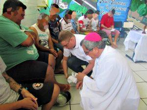 Na presença de mais de 35, Dom Liro inclinou-se e, a exemplo de Jesus, que sendo Senhor, fez lava-pés de 12 encarcerados.